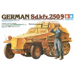 1/35 German half-track Sd.kfz.250 / 9 with a 20-mm cannon and figure 1 WWII