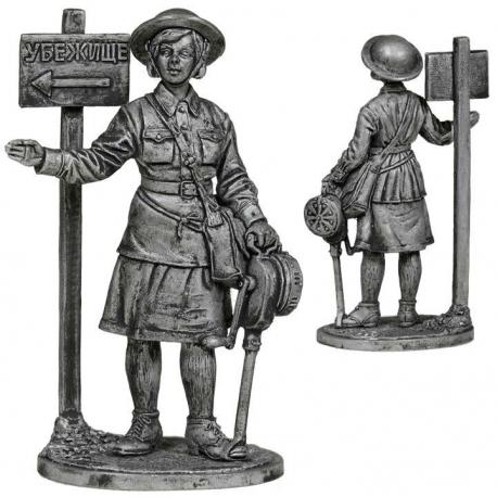 Девушка - инструктор МПВО с ручной сиреной. СССР, 1941-44 гг. (ww2-35)