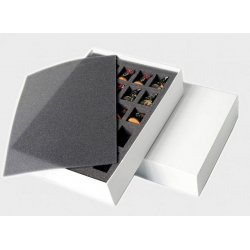 Box filled with 28-35 mm infantry miniatures (AC-0600)