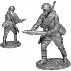 Артиллерист со снарядом к 76-мм дивизионной пушке. СССР, 1941-43 гг. (WW2-68)