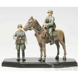 Фигура Немецкого солдата на коне + фигура пехотинца, покрашены (1:35)