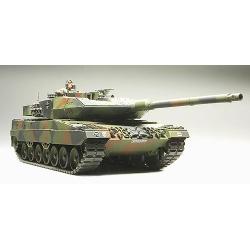 1/35 Немецкий основной танк Леопард, 2001г.,с тремя фигурами танкистов (35271)